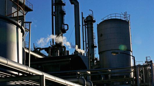 Sáng 30/12: Giá dầu thô giảm hơn 1% do triển vọng ảm đạm